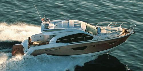 船内エクスプレスクルーザー / ツインエンジン / 滑走船体 / ハードトップ