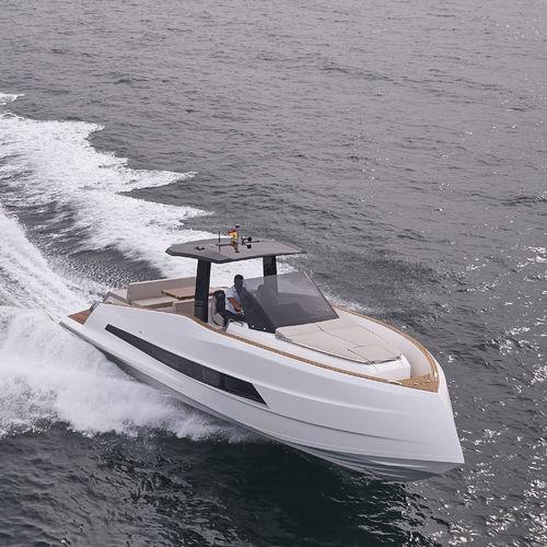 船内エクスプレスクルーザー / ディーゼル式 / ツインエンジン / セントラル コンソール