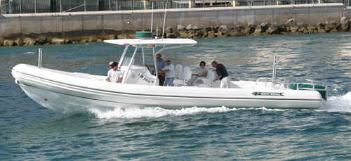 船外インフレータブルボート / 三発機 / 半硬式 / セントラル コンソール