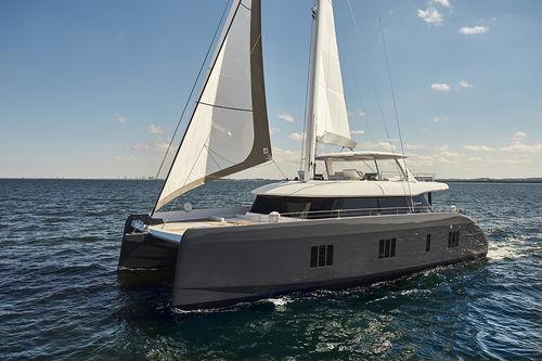 チャーター帆船 / オープントランサム / フライブリッジ / キャビン5つ