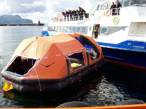 船への避難用滑り台