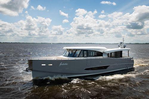 クルージングモーターヨット / ハードトップ / 移動用船艇 / キャビン2つ