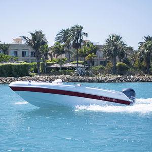 bote com motor de popa