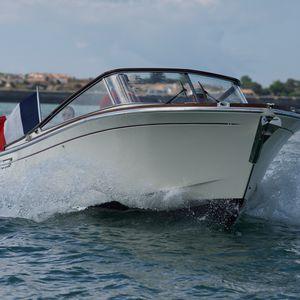 lancha Day Cruiser com motor de centro / open / clássica / com cabine