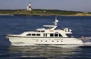 iate a motor de pesca / com flybridge / com casco semiplanante / 3 cabines