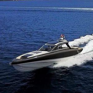 lancha Express Cruiser com motor de rabeta / a diesel / trimotor / com hard-top
