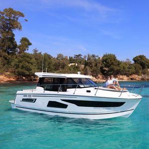 lancha Express Cruiser com motor de popa / bimotor / com hard-top / em cabine fechada