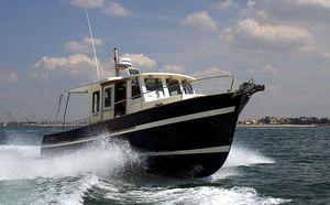 barco de pesca-cruzeiro com motor de popa / com motor de centro / bimotor / com casa do leme