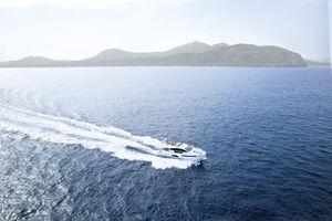 iate a motor de cruzeiro / com flybridge / com casco de deslocamento / 3 cabines