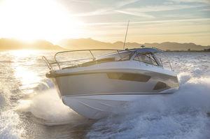 lancha Express Cruiser com motor de centro / bimotor / com hard-top / esportiva
