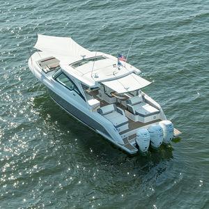 lancha Express Cruiser com motor de popa