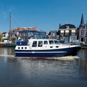 lancha Cabin Cruiser com motor de centro / com hard-top / com flybridge / fluvial