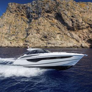 lancha Express Cruiser com motor de centro / a diesel / bimotor / com casco de deslocamento