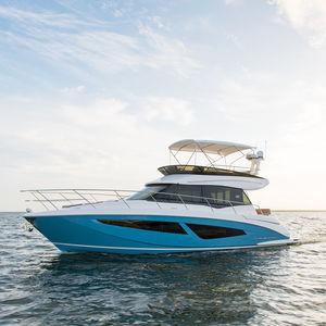 lancha Express Cruiser com motor de centro / a diesel / bimotor / com flybridge