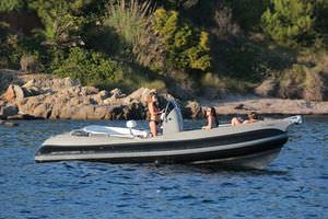 barco inflável com motor de popa / semirrígido / com console central / bote auxiliar para iate