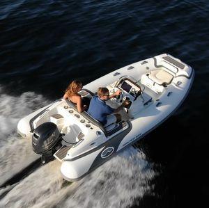 barco inflável com motor de popa / semirrígido / com console lateral / esportivo
