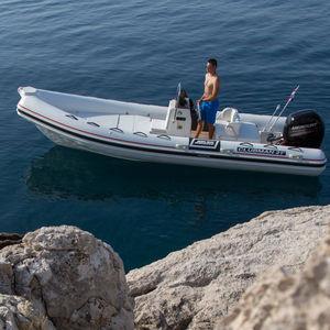 barco inflável com motor de popa / semirrígido / com console central / para pesca