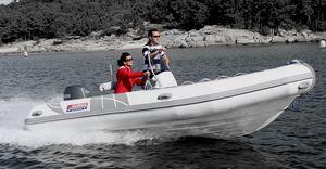 barco inflável com motor de popa