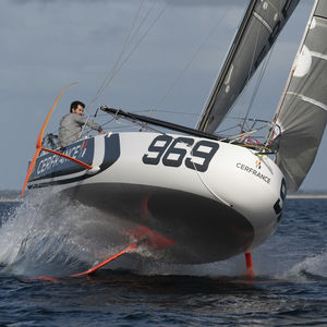 veleiro de regata / esportivo com quilha / de popa aberta / em carbono