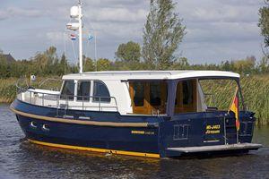 lancha Express Cruiser com motor de centro / a diesel / com hard-top / com cockpit fechado
