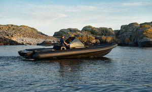 barco inflável com motor de centro