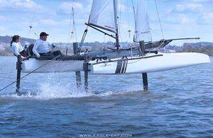 catamarã esportivo com foil / para regata costeira / para dois tripulantes / com dois trapézios