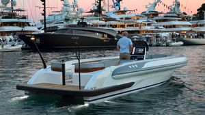 barco inflável de rabeta / semirrígido / com console central / bote auxiliar para iate