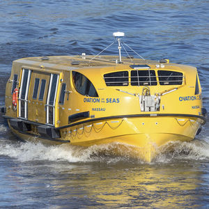 bote salva-vidas parcialmente fechado