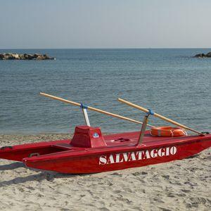 catamarã a remo de resgate