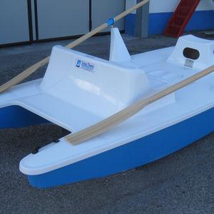 catamarã a remo de dois lugares