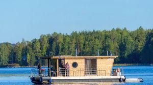 barco-casa catamarã / com motor de popa / com deck duplo / máx. 4 pessoas