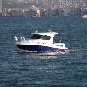 lancha Cabin Cruiser com motor de centro / com hard-top / em fibra de vidro / clássica