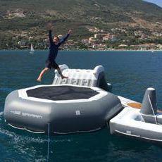 equipamento de diversão aquática cama elástica