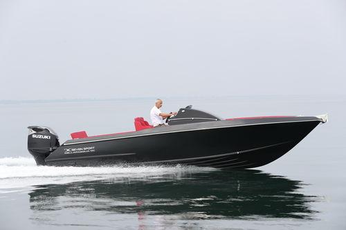 lancha Day Cruiser com motor de popa