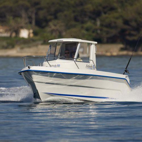 barco de pesca-passeio com motor de popa / com casa do leme / máx. 5 pessoas
