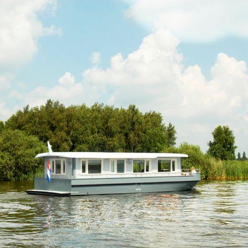 barco-casa com motor de centro