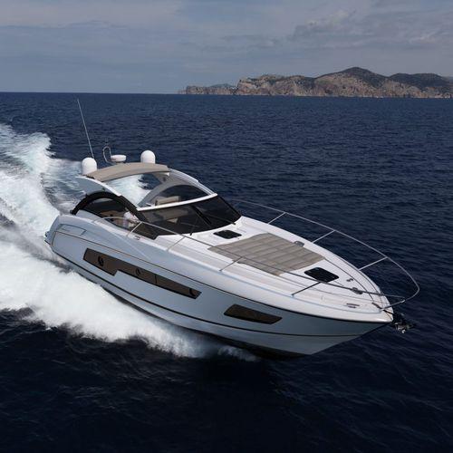 lancha Express Cruiser com motor de centro / com casco de deslocamento / soft-top / 2 cabines
