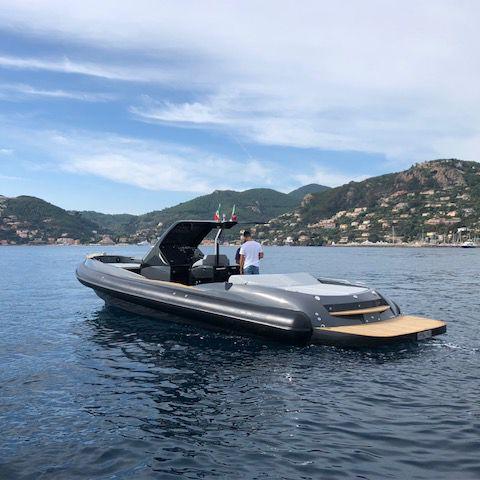 barco inflável com motor de centro / semirrígido / com console central / com hard-top