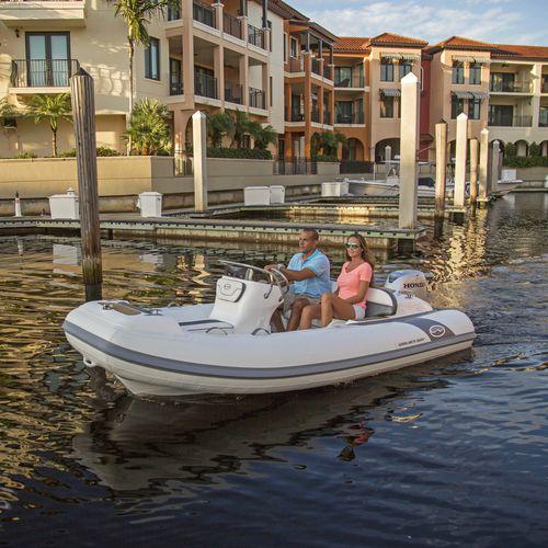 barco inflável com motor de popa / semirrígido / com console lateral / máx. 7 pessoas