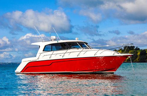 lancha Express Cruiser com motor de centro / com hard-top / com cockpit fechado / de cruzeiro