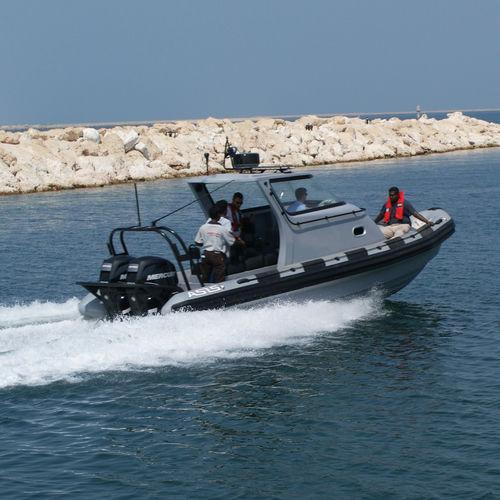 barco militar / com motor de popa / barco inflável semirrígido