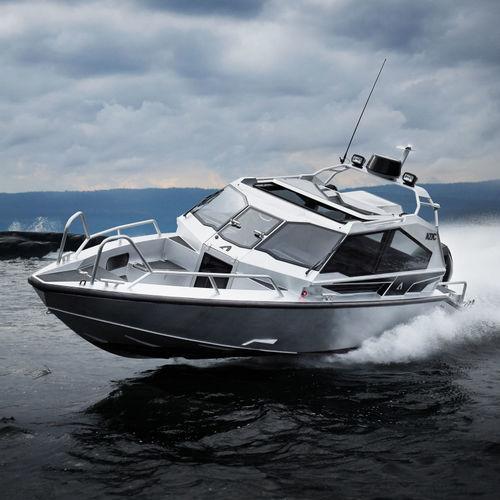 lancha Cabin Cruiser com motor de popa