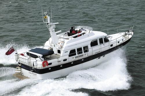 lancha Express Cruiser com motor de centro / a diesel / bimotor / com casco semiplanante