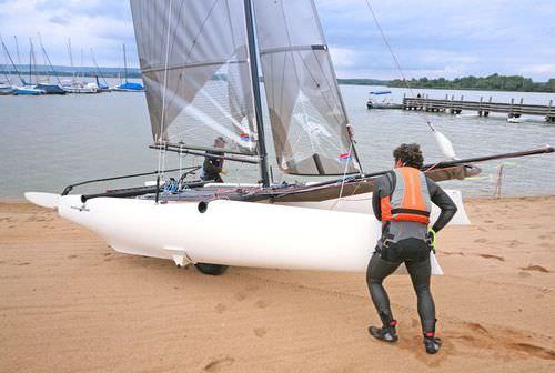 catamarã esportivo de regata / para dois tripulantes / com dois trapézios / spinnaker assimétrico