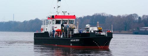 barco de combate à poluição