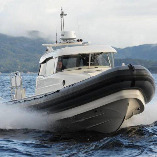 barco inflável com motor de popa / bimotor / semirrígido / em cabine fechada