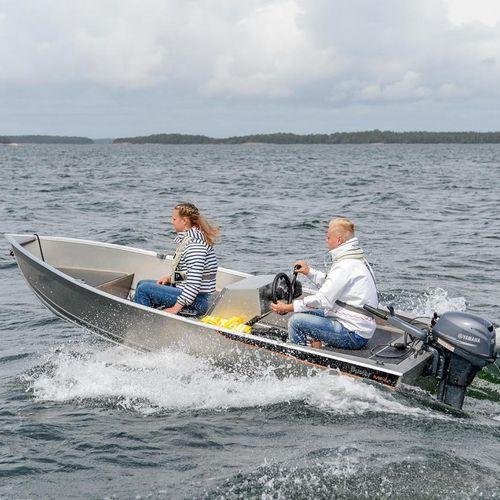 bote com motor de popa / com console lateral / esportivo / em alumínio