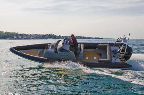 barco inflável com motor de popa / semirrígido / com console central / com cabine