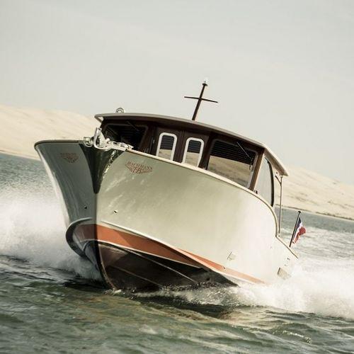 lancha Express Cruiser com motor de centro / esportiva / clássica / máx. 16 pessoas