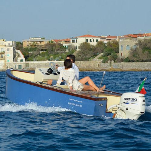 lancha de console central com motor de popa / bote auxiliar para iate / máx. 5 pessoas / com solário